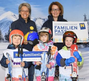 Die Initiatoren des NÖ Familienskitages Landesrätinnen Teschl-Hofmeister und Bohuslav mit Kindern