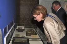 Familien-Landesrätin Christiane Teschl-Hofmeister beim Ausstellungs-Rundgang